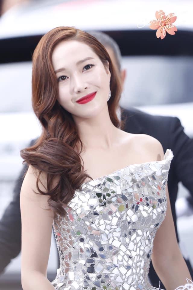 Jessica Jung mất điểm vì gương mặt bự phấn dù mặc đầm như một nàng công chúa trên thảm đỏ LHP Cannes 2019-6
