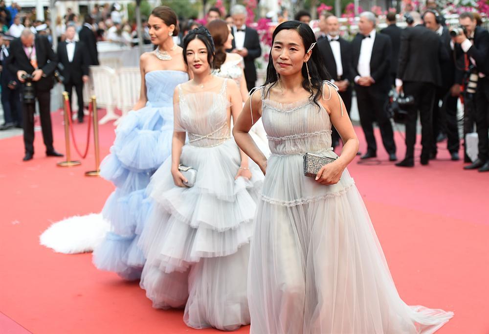 Khiếp sợ dàn mỹ nhân vô danh đổ bộ thảm đỏ Cannes: Người ăn mặc sốc nổi, kẻ bị đuổi thẳng thừng-10