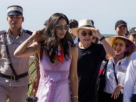 Tỷ phú Anh và cháu gái dạo bộ trên cầu Vàng nổi tiếng thế giới