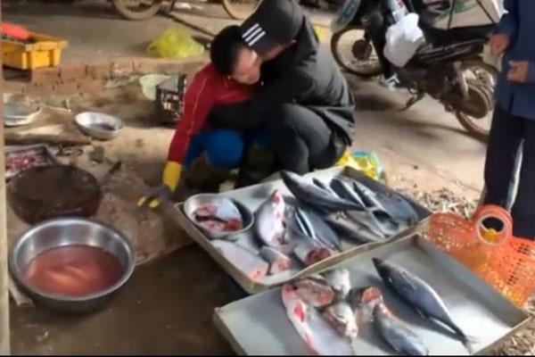 Clip chàng trai Đăk Lăk gặp mẹ bán cá sau 3 năm đi Nhật hút triệu view-1