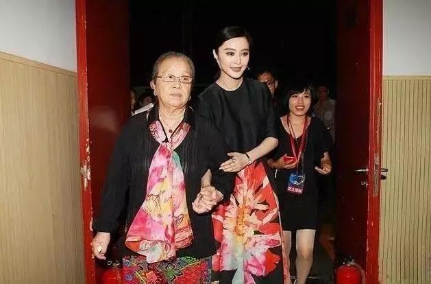 Nữ diễn viên bị ghét nhất Hoàn Châu cách cách gây sốt vì hành động trên xe buýt-5