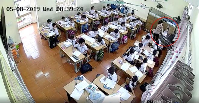 Phụ huynh giận sôi máu trước clip cô giáo tát tới tấp, dùng thước đánh nhiều học sinh lớp 2 trong phòng thi-3