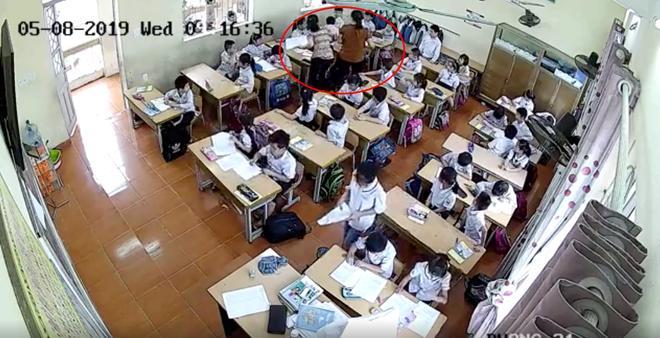 Phụ huynh giận sôi máu trước clip cô giáo tát tới tấp, dùng thước đánh nhiều học sinh lớp 2 trong phòng thi-5