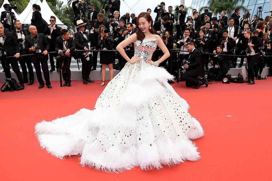 Top 10 bộ cánh đẹp đến ngây người trong hai ngày đầu thảm đỏ Liên hoan phim Cannes 2019-10