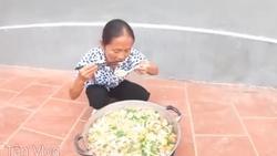 Mạng xã hội sốt xình xịch với nồi mỳ siêu cay khổng lồ của cụ bà nông dân làm Youtube