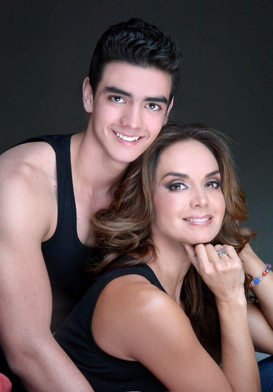Mẹ là Hoa hậu Hoàn vũ tuyệt sắc nên con trai cũng đẹp tựa nam thần trong tranh-7