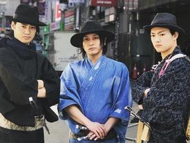 Nhặt rác phong cách samurai hút khách ở Nhật Bản