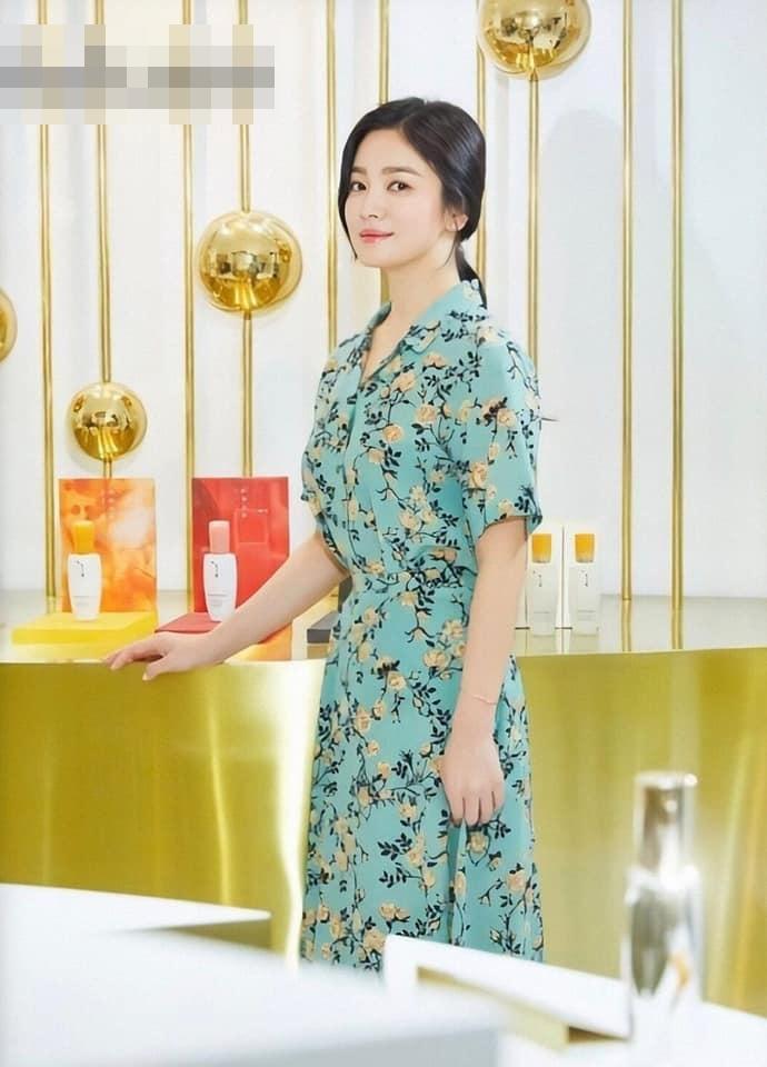 U40 Song Hye Kyo xinh đẹp ngỡ ngàng dù ăn mặc giản dị hết mức-1