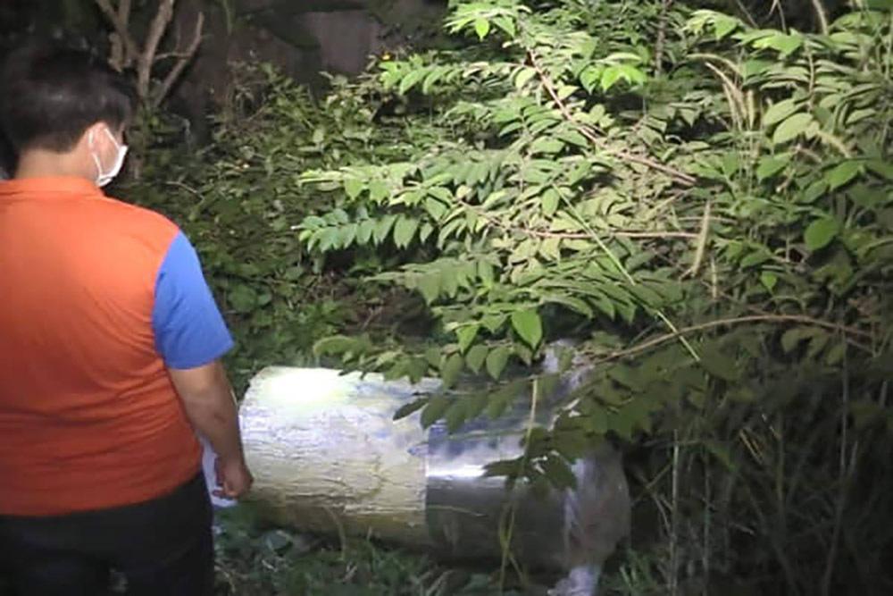 Giây phút phát hiện 2 xác người trong thùng nhựa chứa bê tông-1