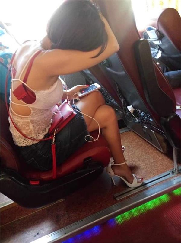Mặc áo phản cảm còn để tuột hết nội y, cô gái trẻ đi xe khách Hà Nội - Nam Định gây tranh cãi gay gắt khắp MXH-3