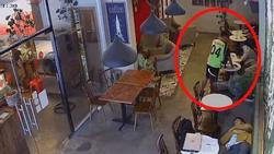Clip: 'Cầu thủ số 4' thò bàn tay xấu xí trong quán cafe khiến bà chủ 'nổi điên'