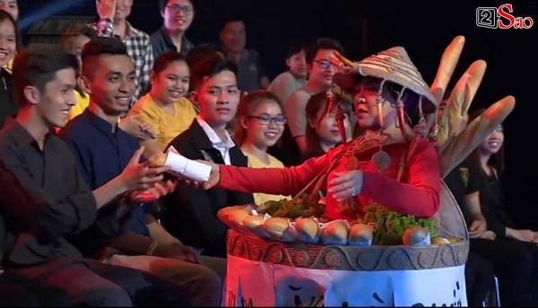 HÚ HỒN: Mặc quốc phục Bánh Mì y chang HHen Niê, Việt Hương cứ như đang thi Hoa hậu Hoàn vũ Thế giới-7