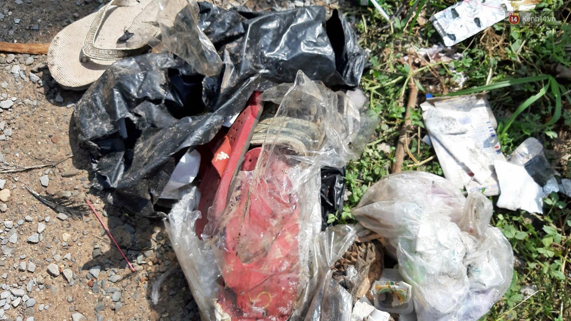 Cảnh sát vào rừng cao su, truy tìm dấu vết để phá án vụ 2 thi thể trong thùng nước đổ bê tông-3