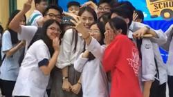 Hotgirl tài năng Khánh Vy bị các em học sinh vây kín không chừa một lối tại trường THPT Ngô Quyền