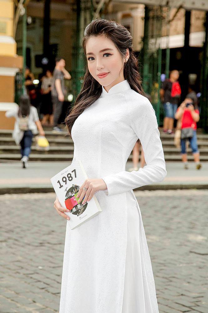Hình ảnh nữ sinh mặc áo dài trắng trong suốt lộ nội y gây xôn xao vì phản cảm-4
