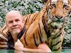 Bơi cùng hổ, chơi bóng bầu dục với tinh tinh ở safari độc đáo