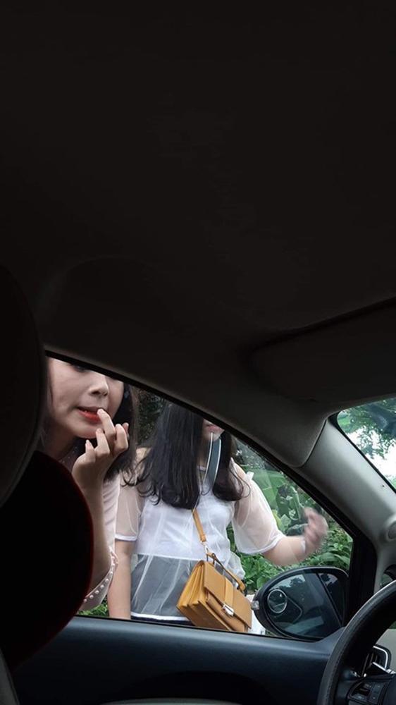 Gái xinh hồn nhiên trang điểm trước gương ô tô, tài xế tưởng vớ được khách sộp, dân mạng lại dáo dác truy tìm-2