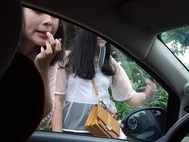 Gái xinh hồn nhiên trang điểm trước gương ô tô, tài xế tưởng vớ được khách sộp, dân mạng lại dáo dác truy tìm