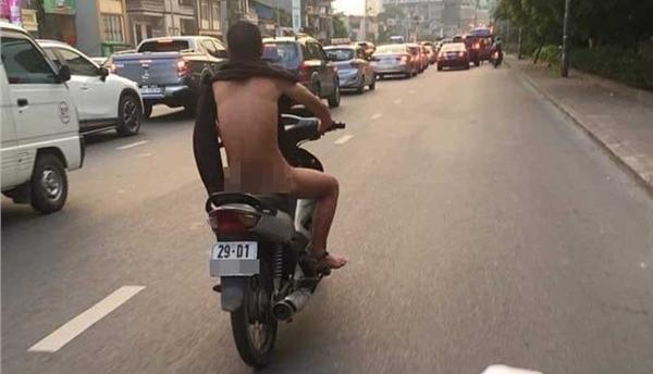 Giữa đường phố Hà Nội nóng như rang tới hơn 50 độ C, người đàn ông trần truồng chạy xe khiến ai nhìn cũng sốc toàn tập-1