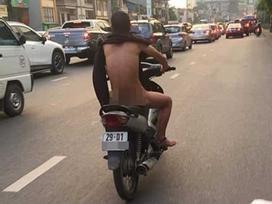 Giữa đường phố Hà Nội nóng như rang tới hơn 50 độ C, người đàn ông trần truồng chạy xe khiến ai nhìn cũng sốc toàn tập