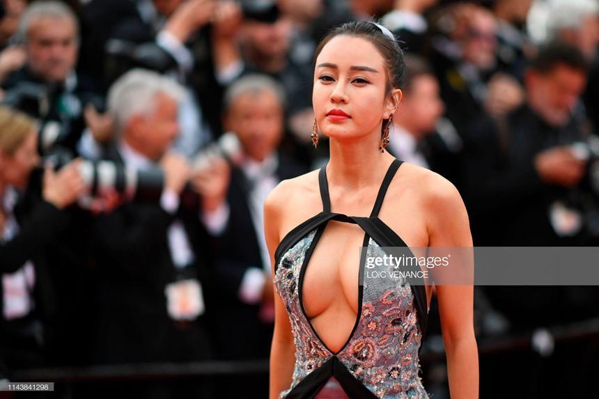 Mặc hở bạo, diễn trò lố - nghệ sĩ Trung Quốc đang biến Cannes thành cái chợ-1