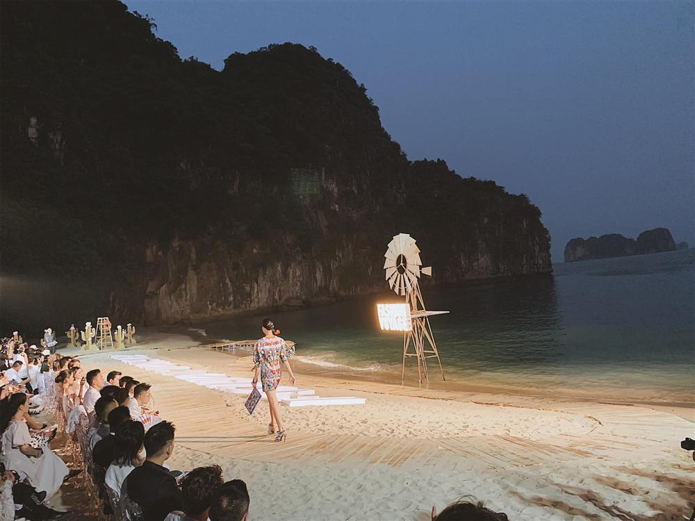 Dàn mẫu Việt đồng loạt tố bị BTC Fashion Voyage cho ăn cơm tù, đi tàu chợ khi diễn show trong cái nóng hơn 40 độ C-10