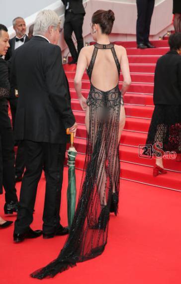 Đến Cannes ngày đầu đã lộ vòng 1, Ngọc Trinh lộ tiếp cả vòng 3 trong bộ đầm mỏng tang khác gì nội y-11