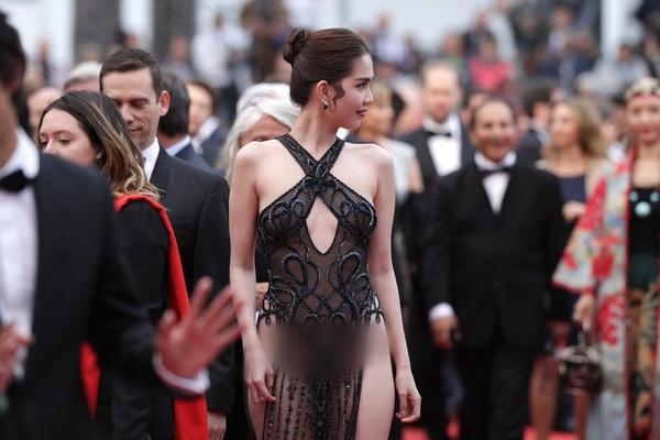 Đến Cannes ngày đầu đã lộ vòng 1, Ngọc Trinh lộ tiếp cả vòng 3 trong bộ đầm mỏng tang khác gì nội y-5