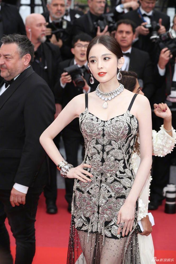 Cùng diện váy xuyên thấu chặt chém Cannes: Cổ Lực Na Trát - Hề Mộng Dao đẹp xuất sắc, nhìn sang Ngọc Trinh chỉ biết thở dài-4