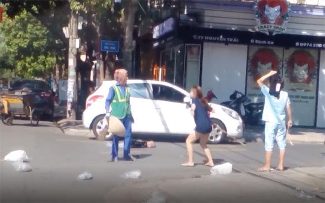 Clip: Chủ shop quần áo lao vào chửi bới, đánh tới tấp nữ lao công giữa đường-1