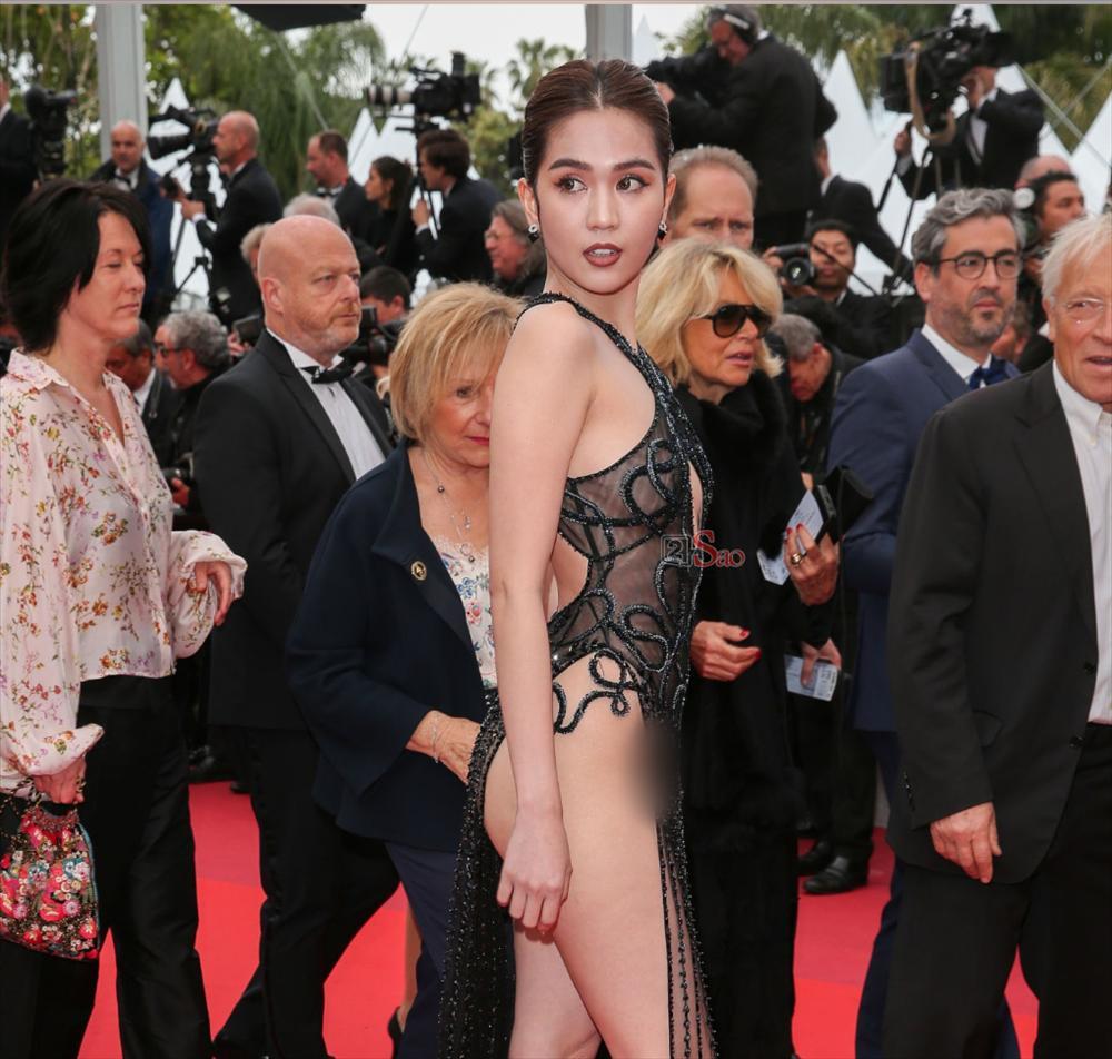 Bị chỉ trích mặc như không tại Cannes, Ngọc Trinh đáp lại: Đạt hiệu ứng thảm đỏ là được-5