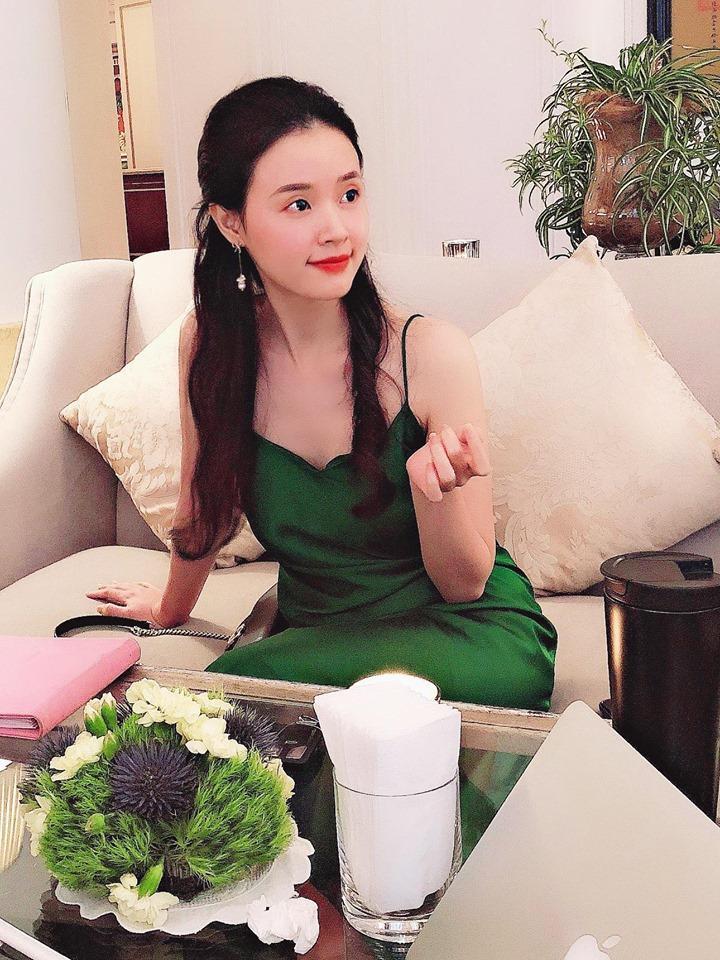 Mặc váy lại thoải mái ngồi banh càng ở hậu trường, Chi Pu ngơ ngác khi được người hâm mộ làm điều đặc biệt-4