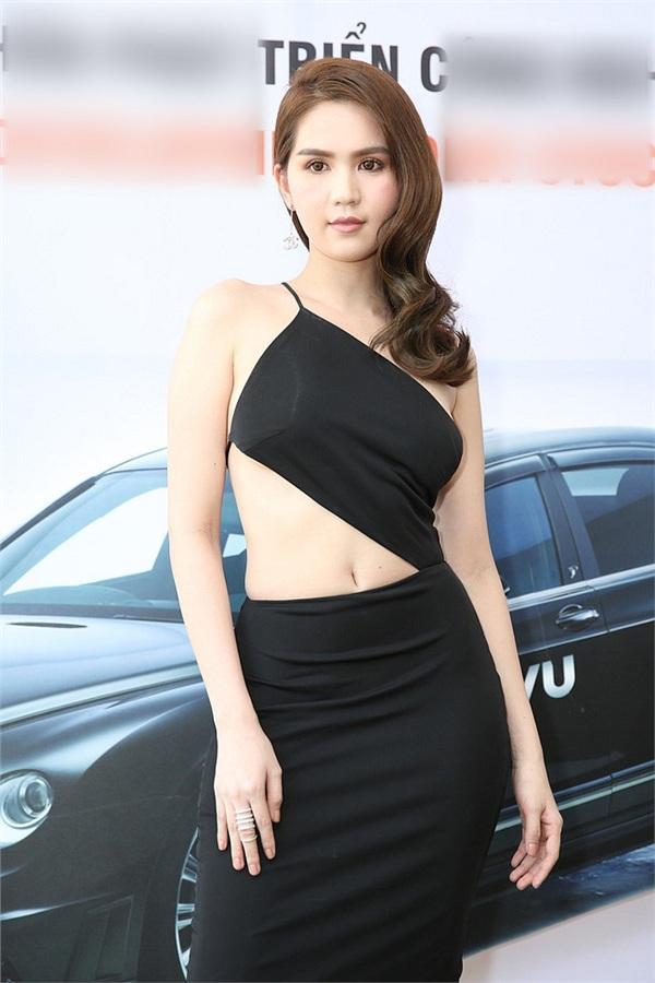 Không phải đến Cannes mới hở bạo đâu, Ngọc Trinh có cả một bộ sưu tập những chiếc váy còn nóng hơn thời tiết Hà Nội đây này!-9