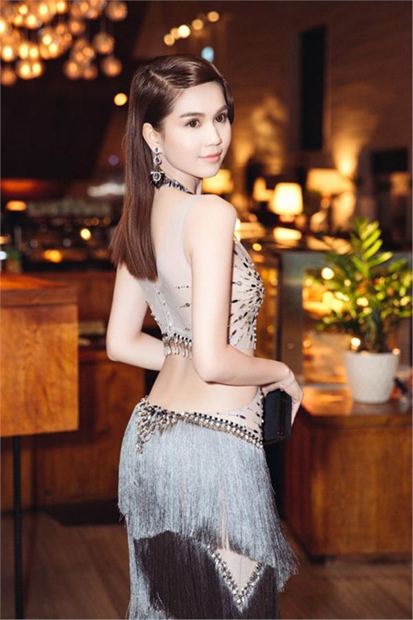 Không phải đến Cannes mới hở bạo đâu, Ngọc Trinh có cả một bộ sưu tập những chiếc váy còn nóng hơn thời tiết Hà Nội đây này!-12