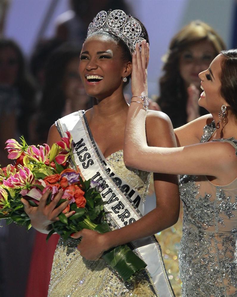 Mặc quần thùng thình lại còn sơ vin lên tận ngực, Hoa hậu Hoàn vũ không ngờ chỉ cao ngang ngửa... Hòa Minzy-7