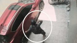 Clip: Thanh niên đập vỡ kính xe ô tô, trộm đồ trong tích tắc