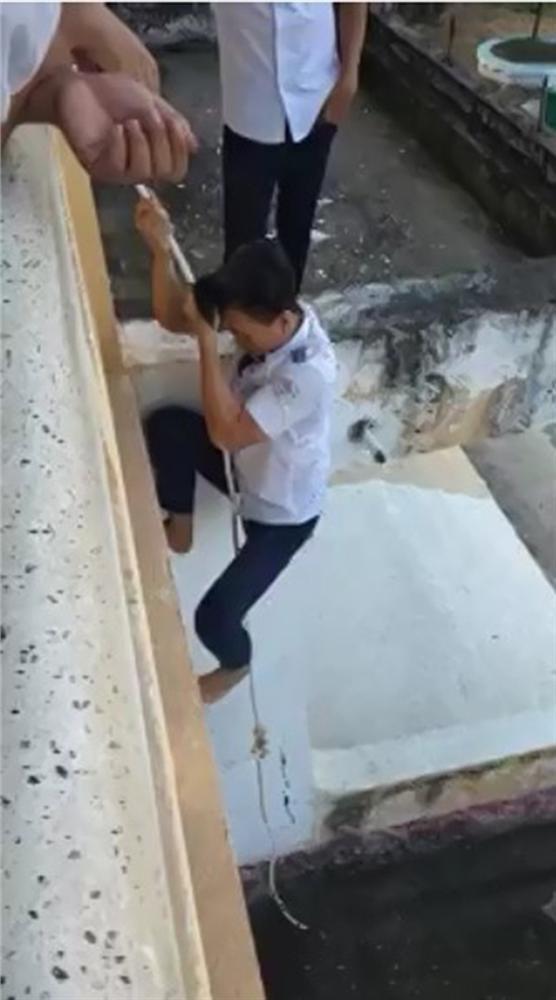 Nhóm nam sinh gây sốc dùng dây thừng đu từ tầng lầu xuống đất bị người xem quăng gạch không trượt phát nào-2