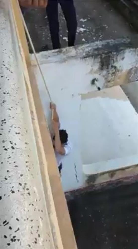 Nhóm nam sinh gây sốc dùng dây thừng đu từ tầng lầu xuống đất bị người xem quăng gạch không trượt phát nào-3