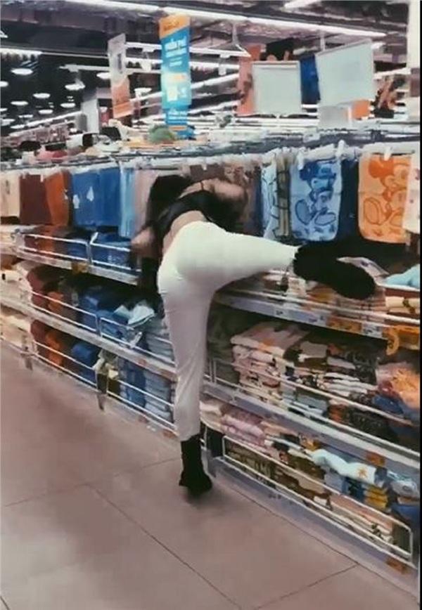 Gái xinh Hà Nội gây tranh cãi nhất MXH sáng nay: Bày đủ trò lố trong siêu thị khiến nhân viên bán hàng nhắc thôi cũng mỏi miệng-1