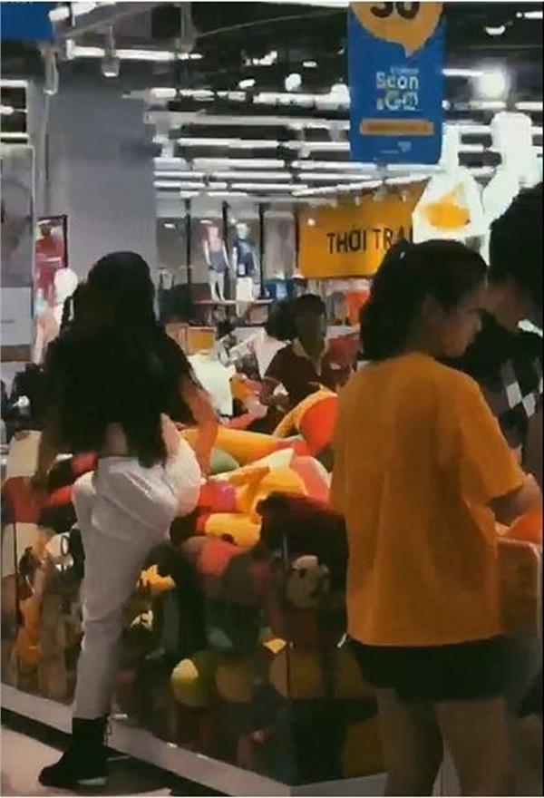 Gái xinh Hà Nội gây tranh cãi nhất MXH sáng nay: Bày đủ trò lố trong siêu thị khiến nhân viên bán hàng nhắc thôi cũng mỏi miệng-2