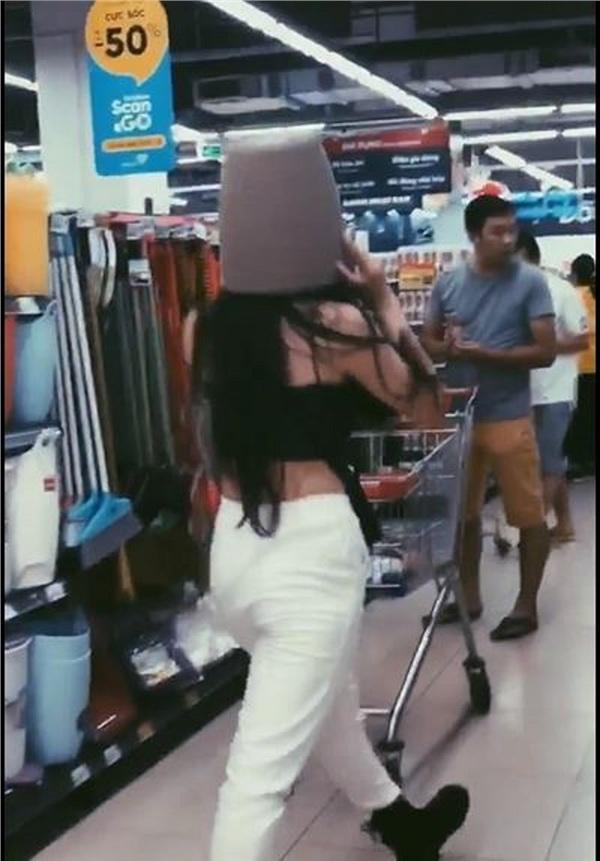 Gái xinh Hà Nội gây tranh cãi nhất MXH sáng nay: Bày đủ trò lố trong siêu thị khiến nhân viên bán hàng nhắc thôi cũng mỏi miệng-3