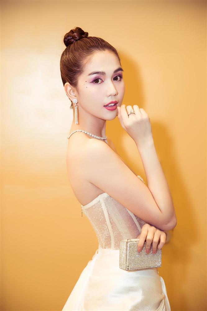 Dân tình ném đá đủ chưa, Ngọc Trinh tiếp tục hở bạo với bộ đầm xuyên thấu khác nào corset tại Cannes 2019 đây này-3