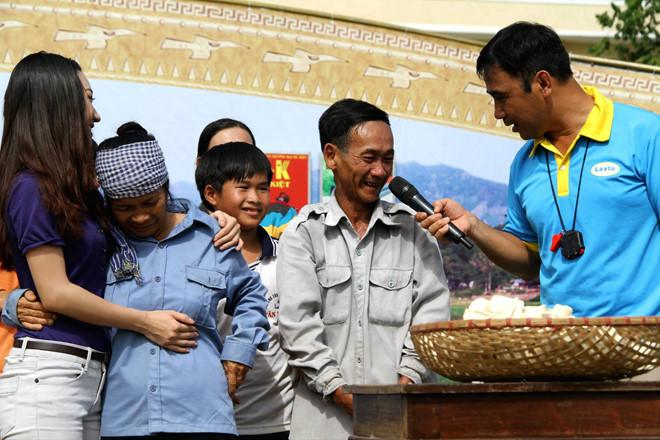 The clip has never been published: Farmer MC Quyen Linh has repeatedly cleaned the money in the pouch for the poor.