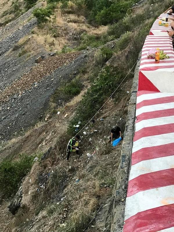 Nhóm phượt thủ gây tranh cãi khi đu dây nhặt rác ở Nha Trang-2