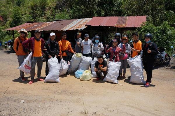 Nhóm phượt thủ gây tranh cãi khi đu dây nhặt rác ở Nha Trang-4