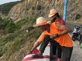 Nhóm phượt thủ gây tranh cãi khi đu dây nhặt rác ở Nha Trang