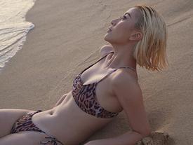 Chẳng cần phồn thực như ai, Quỳnh Anh Shyn vẫn tự tin diện bikini khoe dáng
