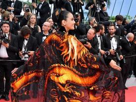 Cũng diện đồ đen như Ngọc Trinh nhưng Trương Thị May nổi bần bật tại Cannes 2019 nhờ áo dài rồng quyền lực