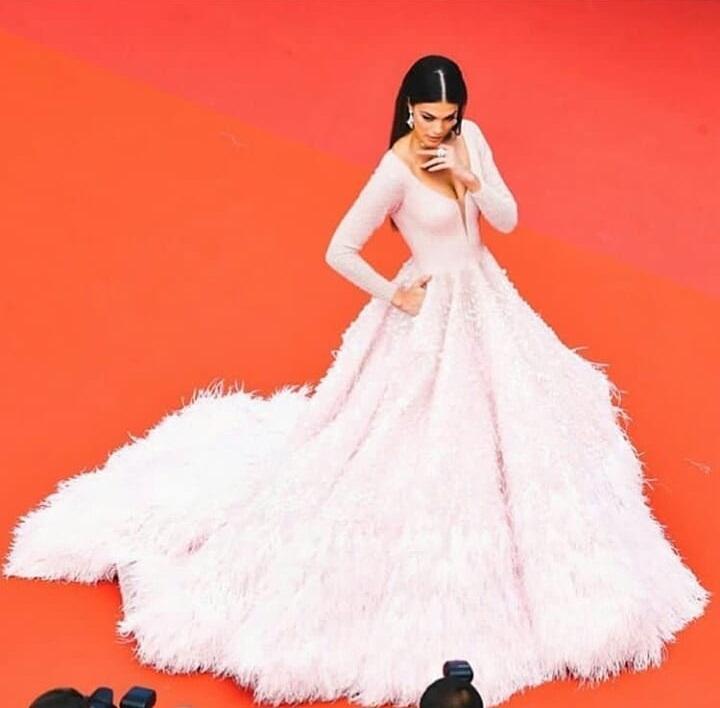 ĐẲNG CẤP LÀ ĐÂY: Hoa hậu Hoàn vũ diện đầm công chúa sáng rực trên thảm đỏ Cannes-8