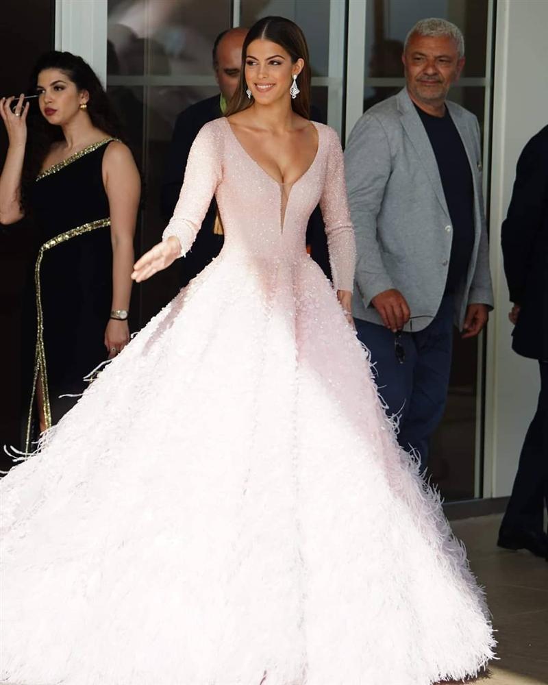 ĐẲNG CẤP LÀ ĐÂY: Hoa hậu Hoàn vũ diện đầm công chúa sáng rực trên thảm đỏ Cannes-7